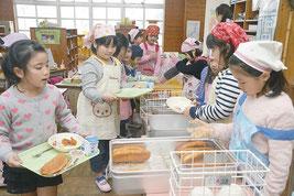 セレクト給食を行っている八島小学校。この日は「揚げパン」が登場した=25日、八島小学校
