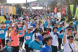 第23回竹富町やまねこマラソンで1250人が出走した。手を振りながら楽しいスタートとなった=13日午後、上原小学校
