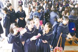 合格を喜び記念撮影する受験生=16日午前、八重山高校