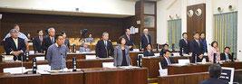 住民投票条例案が賛成多数で可決された=11日、石垣市議会