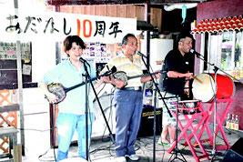民謡ライブを行う鳩間ファミリー=2日午後、鳩間島