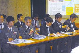 住民説明会に出席した防衛省の職員。中山市長は説明会の再開催を要請する考え=22日夜、市民会館中ホール