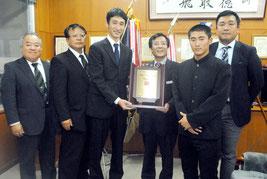 八重高に「21世紀枠候補校全国九州地区代表記念盾」が贈呈された=14日午後、同校