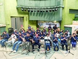 はいさいフェスタで「鷲ぬ鳥節」を演奏する沖縄音楽三線教室