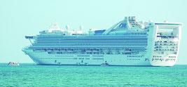 10万㌧級のゴールデンプリンセス号が竹富島と新川の間で沖泊した=7日、新川から撮影