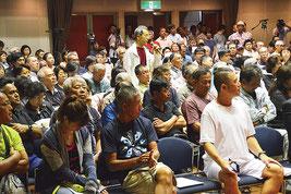 大勢の参加者で埋まった石垣島への自衛隊配備に関する住民説明会=22日夜、市民会館中ホール