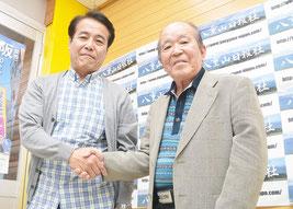 出会った2人の本名さん。(右から)本名俊雄さん、本名正明さん=26日、八重山日報社