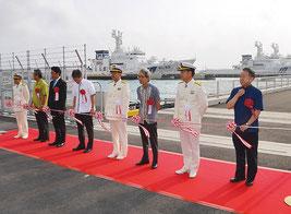 尖閣警備専従体制と浜崎桟橋の完成を祝った。中央の巡視船が「あぐに」=16日、浜崎桟橋前