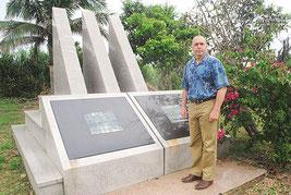 石垣島事件の慰霊碑を訪問したエルドリッヂ氏=14日午後