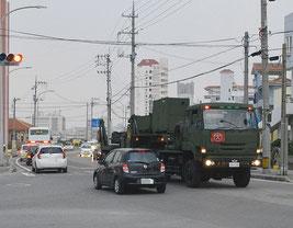 PAC3を搭載した自衛隊車両=6日午後、サザンゲートブリッジ前(写真は一部加工しています)
