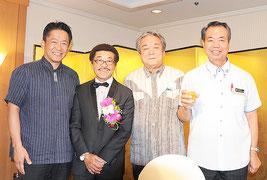 国際ボクシング殿堂入り記念祝賀会に駆け付けた3市町長と具志堅氏(左から2人目)=28日、那覇市・パシフィックホテル沖縄