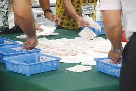 住民投票の開票作業が行われた=30日、JAおきなわ八重山支店