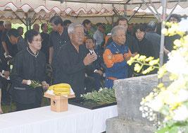 明和の大津波遭難者慰霊祭が行われた=24日、宮良