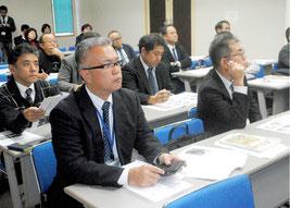 教頭研修会で先進地視察報告を聞く参加者=21日午後、大浜信泉記念館