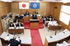 町議会3月定例会で施政方針演説する外間町長=10日午前(町提供)