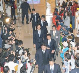 ロッテの山室代表、伊藤監督らに続き、大嶺兄弟が歓迎を受けた=30日、石垣空港