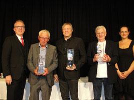 Roland Hirner (Casino Linz) und Moderatorin Tanja Haas gratulieren den Tarocksiegern 2019 Rudolf Raninger (2., Julbach), Sieger Manfred Huemer (Bad Leonfelden) und Günther Pestitschek (3., Graz)