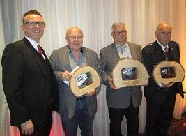 Roland Hirner (Casino Linz) gratuliert den Tarocksiegern 2018 Friedrich Wastl (3., Wels), Sieger Anton Wimmer und Peter Baumann (2., Dobl)