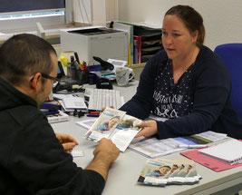 Nadine Müller informiert Kunden des Jobcenters über das neue Online-Angebot. © Jobcenter EU – aktiv, Dagmar Grömping