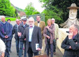 Die Mitglieder des Geschichts- und Heimatvereins besuchen die Holzwerke Dold und bekommen fachkundige Infos vom früheren Forstamtsleiter Eberhard Härle. Bild: Verein