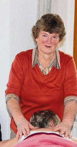 Elisabeth Ruhland bei der Schulter- und Nackenmassage.