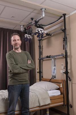 Prof. dr. Sebastiaan Overeem in een van de registratiekamers in Kempenhaeghe waar nieuwe meetmethoden voor nachtelijk slaaponderzoek worden getest, met oa. infraroodcamera's, analyse van ademhalingsgeluid en sensoren in het matras.