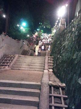 この階段を登るのです!ひえ~(゜o゜)!