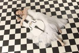 Ravienne Art Model - Foto, Cello, Musik auf Reisen, Weißes Cello auf Reisen