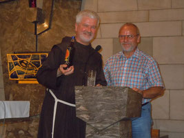 Kirchenpfleger Elmar Barth (rechts) bedankte sich namens der Kirchengemeinde mit einem Präsent bei Pater Christoph. (Foto: Bruno Deublein)