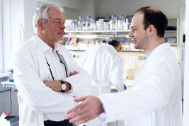 Prof. Dr.rer. nat. Dr.h.c. Thomas Bosch (links) und Dr.Alexander Klimovich aus der Zell- und Entwicklungsbiologie an der CAU untersuchten die Rolle des Mikrobioms bei der Entstehung von Krebs. (Foto: Christian Urban, Uni Kiel)