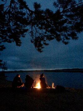 Was gibt es schöneres, als abends mit lieben Menschen ums Feuer zu sitzen?
