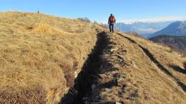 Trincea della linea Cadorna. A sinistra in alto la croce di vetta del Monte Spalavera