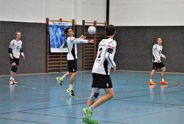 Eine gute Leistung boten die Youngsters der TVH-Abwehr, v.l.n.r. Tim Störkle, Bastian Dangel und Moritz Höckele. Mit dem Rücken zum Bild Michael Krauß