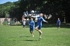 """Eine sehr gute Leistung bot am Samstag """"auf der Stelle"""" der immer stärker werdende Zuspieler Tim Störkle, hier legt er für Schlagmann Markus Schweigert auf."""