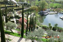 schöner Blick auf den Botanischen Garten beim Schloss Trauttmansdorf mit Teich