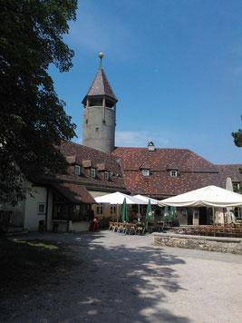 Gut erhaltene Burg mit Turm, Restaurant und Biergarten,
