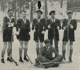 Arnoldi (Pfeil) und die Mannschaft des GAK im Jahr 1926