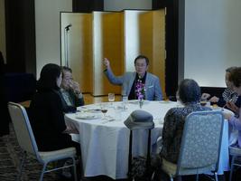 松本元会長の右隣で盛り上げる篠辺会長。各テーブルとも盛況でした。