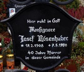 Grab des Pfarrers Josef Vösenhuber, Monsignore und früherer Dechant des Dekanates Schärding auf dem Friedhof von St Marienkirchen bei Schärding