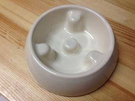 でこぼこがあって、早く食べられない陶器のお皿