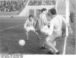 Halbfinale um den FDGB-Pokal in Berlin. Vorwärts - Einheit 1:3. Einheit in besagten Trikots. Quelle: Bundesarchiv.