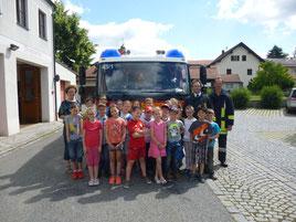 Die Schulklasse mit ihrer Lehrerin Frau Kühner (li.) sowie Kdt. Thomas Gebhard und Franz Schwägerl (re.)