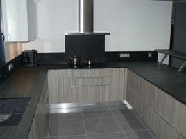 Cuisine moderne design contemporaine, blanc et bois, plan de travail granit noir du zimbabye