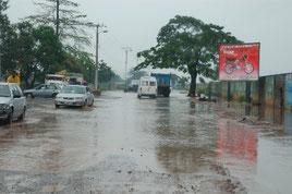 整備前のポワ・ルー通り(排水不良による道路冠水、交通渋滞)