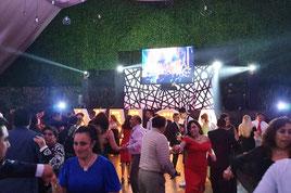 KLS dj para bodas gente bailando bajo una pantalla led de 3x2 mts salón Ponsá