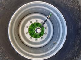 TerraCare Reifendruckregelanlage verlegt durch die Achse eines Anhängers
