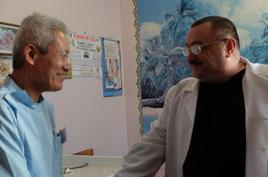 マーシャフスキー副病院長と握手する大杉会長