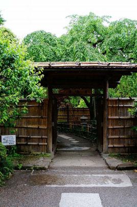 右手前に児童公園があって、ここが庭園の入口だよ