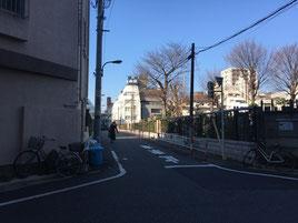 ⑦この道をまっすぐ進みますと正面に12山京ビルが見えます。