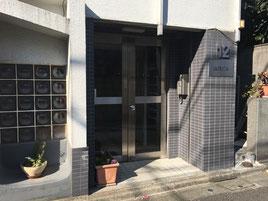 ⑧12山京ビルです。301号室の呼び出しを押してください